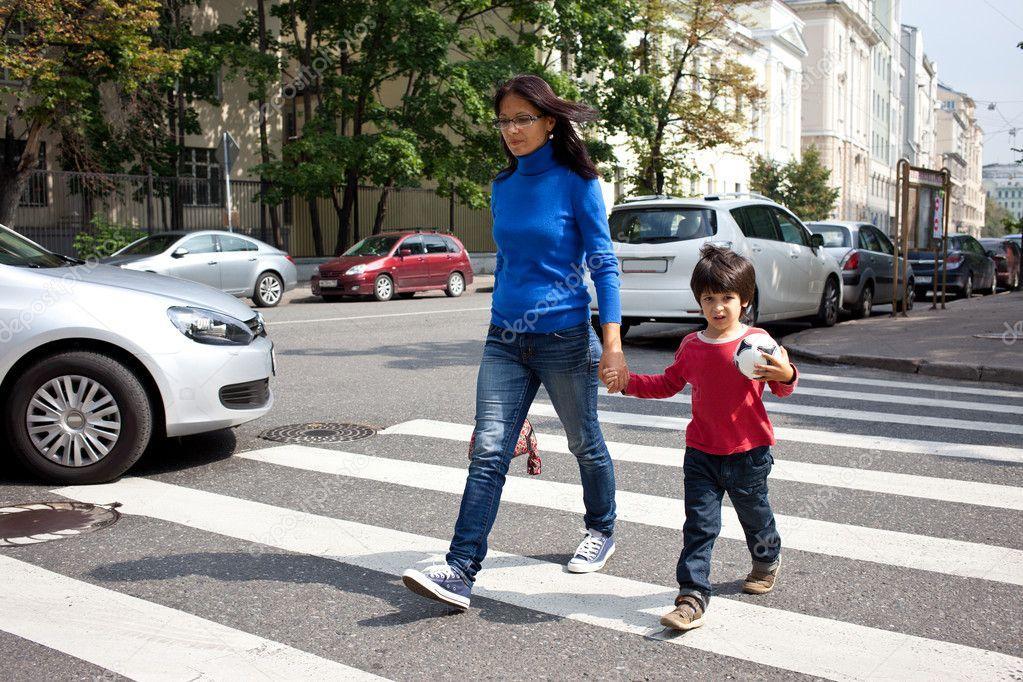 γυναίκα-παιδί-διάβαση